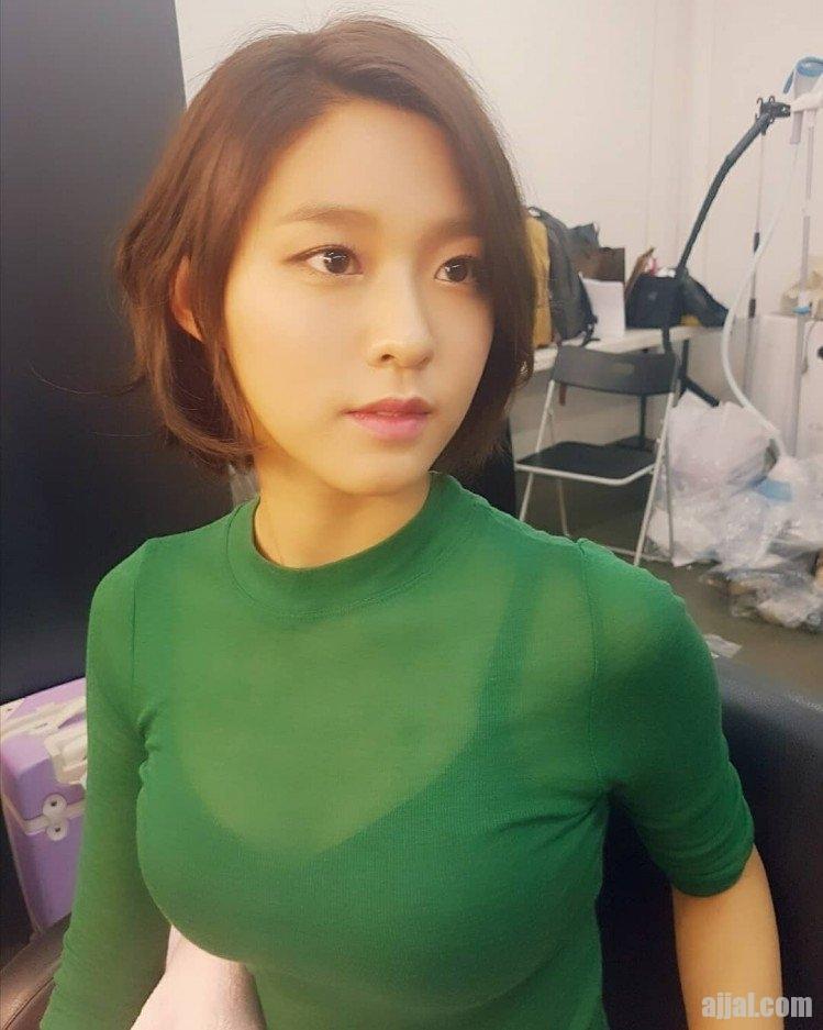 설현 초록 티셔츠